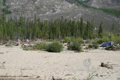 Большой и высокий песчано-галечный остров